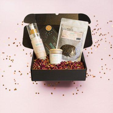 boîte cadeau homme saint valentin boite noire pétales de rose huile de massage bougie exfoliant