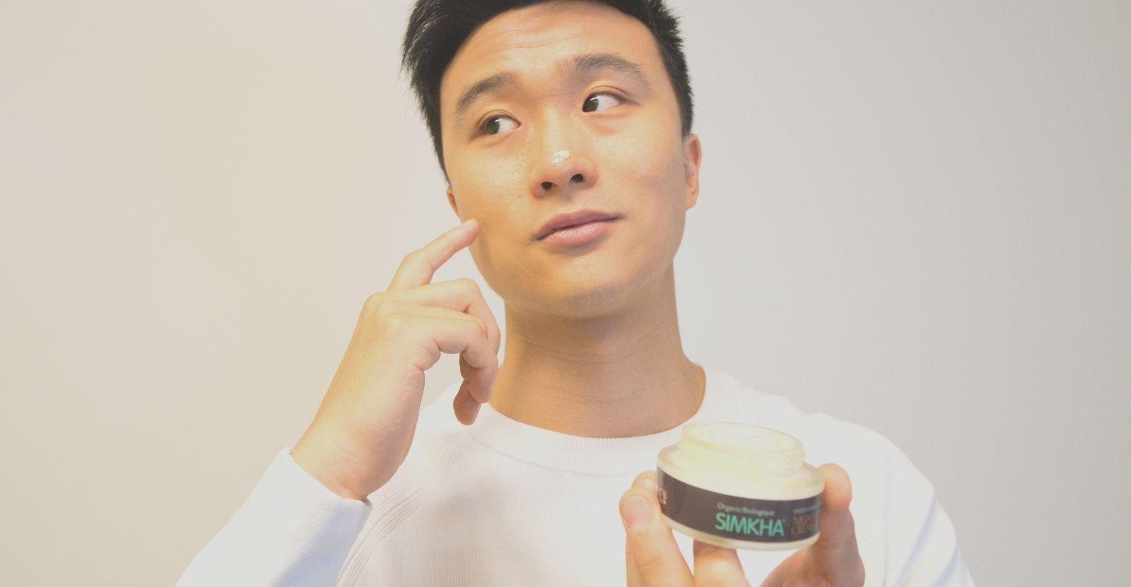 jeune homme appliquant unce crème pour le visage SIMKHA