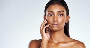 femme noire belle peau hydratée et nourrie - hydratation de la peau